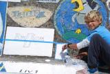 Magnus maler en hilsen på veggen