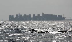 Ikke New Yorks skyline, men containerskip på vei mot Kielkanalen